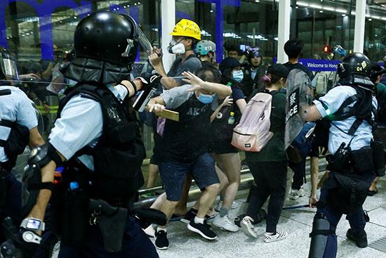الشرطة تستخدم رزاذ الفلفل لفض المحتجين