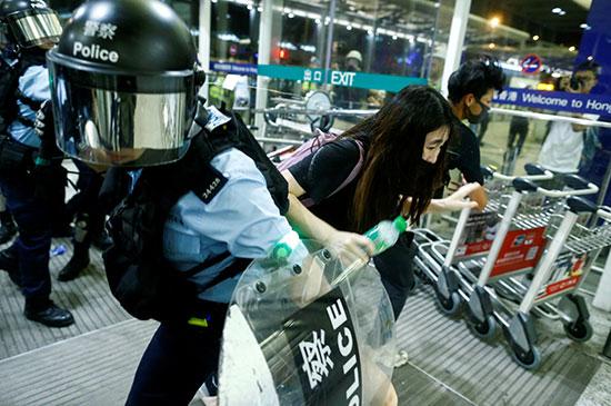 العنف يهيمن على المشهد فى هونج كونج