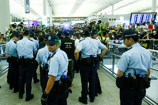 شرطة هونج كونج تحاول فض الاحتجاج بالمطار