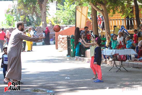 الكبار مع الاطفال يلعبون الكرة