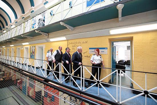 رئيس الوزراء البريطانى فى جولة بسجن مدينة ليدز