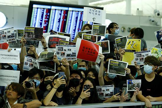 لافتات مناهضة يرفعها المحتجون