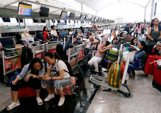 المسافرين-داخل-المطار