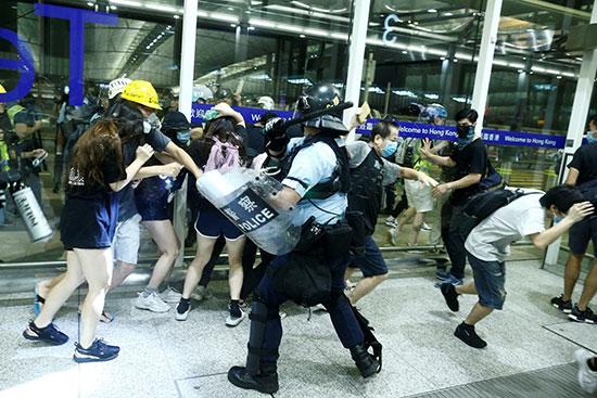 كر وفر بين الشرطة والمحتجين