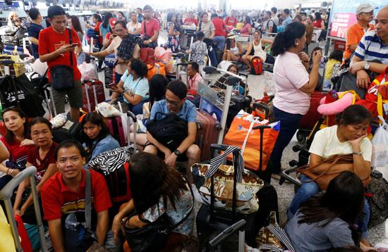 المسافرون-ينتظرون-انطلاق-رحلاتهم-من-المطار