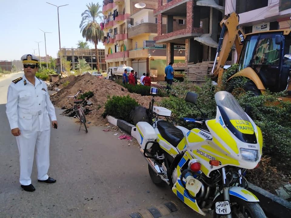 شركة مياة الأقصر تجري إصلاحات لهبوط أرضي بشارع التليفزيون ومدير المرور يتابع العمل (5)