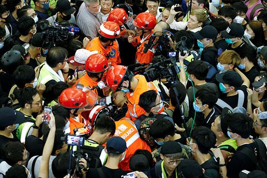 المسعفون يحاولون انقاذ أحد المصابين