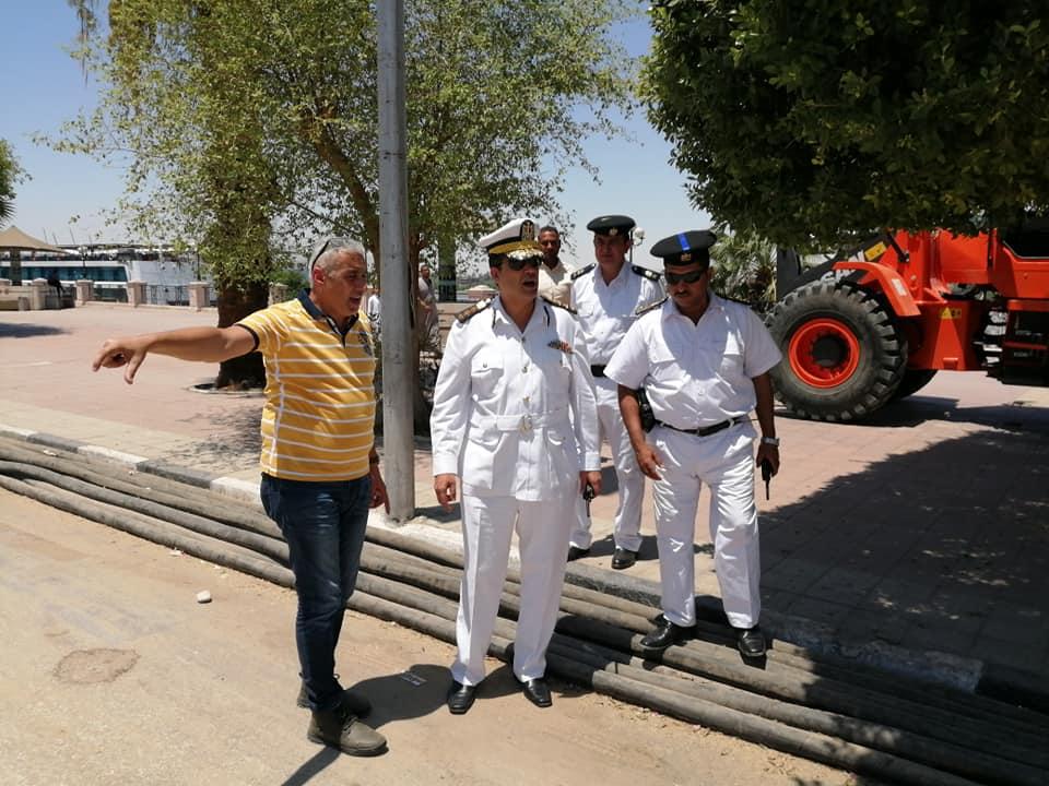 رئيس مدينة الأقصر يبحث مع رجال مرور الأقصر إستئناف العمل بالمرحلة الثالثة لتطوير كورنيش النيل (1)