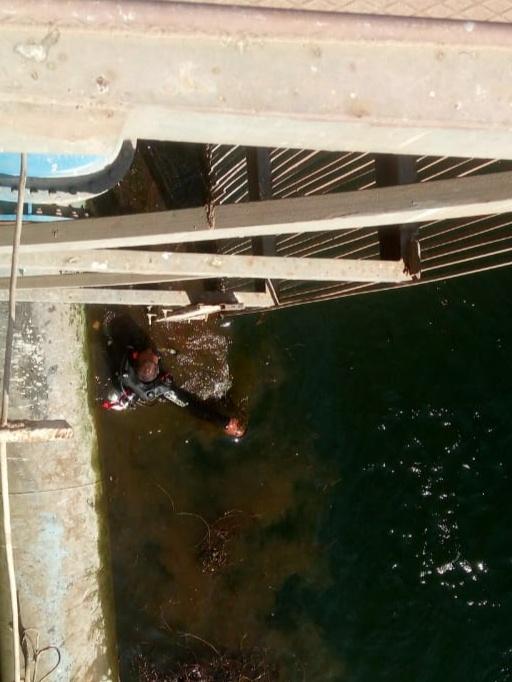تسرب مواد بترولية في نهر النيل بالأقصر وشركة المياة تتعامل بالغطاسين والحواجز (9)