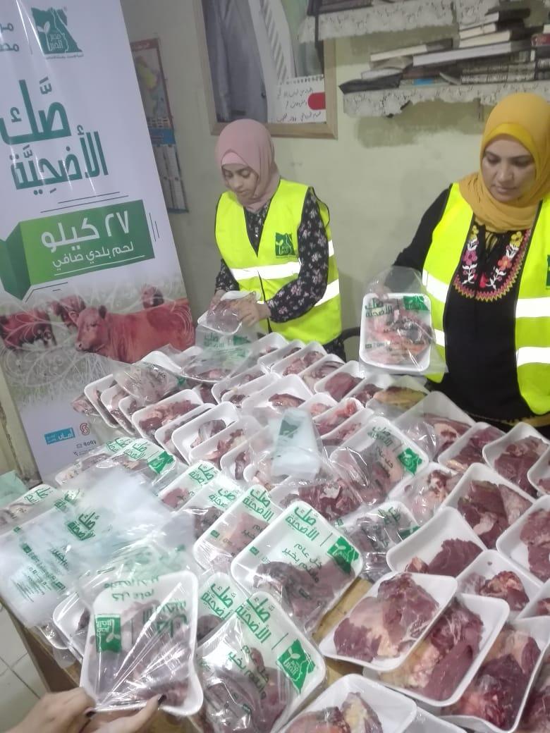 توزيع لحوم أضاحى على الأسر الأكثر احتياجا فى 100 قرية ببنى سويف (3)