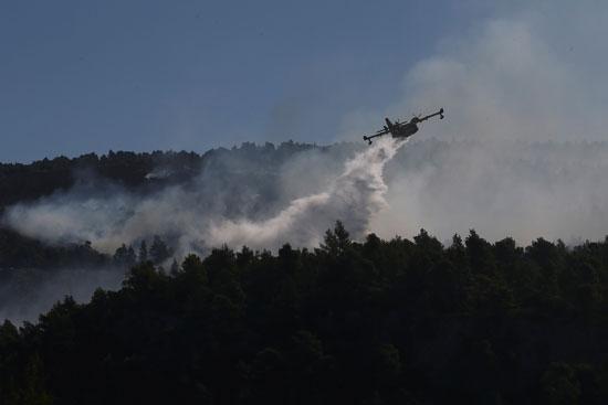 محاولات-إطفاء-حريق-جزيرة-إيفا