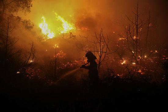 حرائق هائلة بغابات جزيرة إيفيا فى اليونان (2)