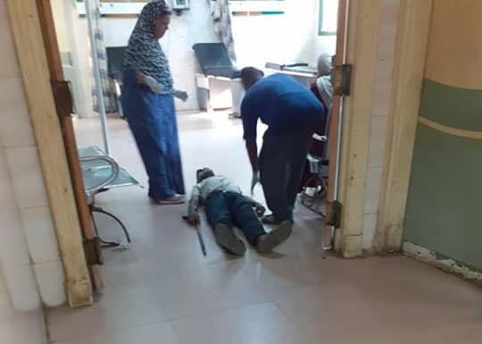 عمال بمستشفى كفر الزيات يلقون مريض بالإيدز خارج المستشفى  (15)
