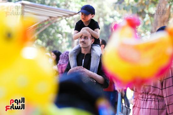 الاهالي يلعبون مع ابنائهم ف العيد