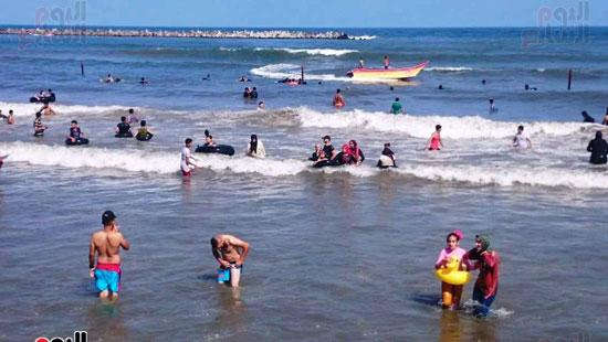 لعب الاطفال فى البحر