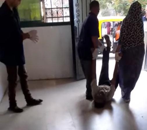 عمال بمستشفى كفر الزيات يلقون مريض بالإيدز خارج المستشفى  (4)