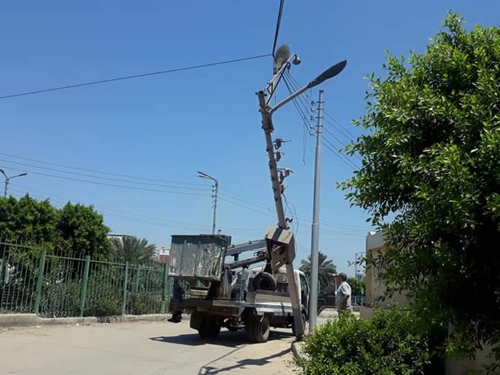 إزالة عمود كهرباء مائل وإحلال وتجديد خط الصرف الصحى بعزبة الهاويس  (1)