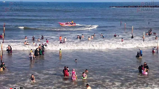 الشباب والاطفال يلهون فى البحر