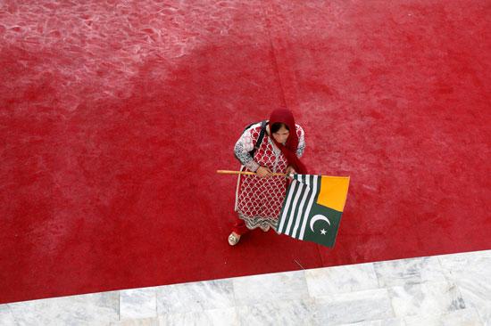 امرأة-تحتفل-بيوم-الاستقلال