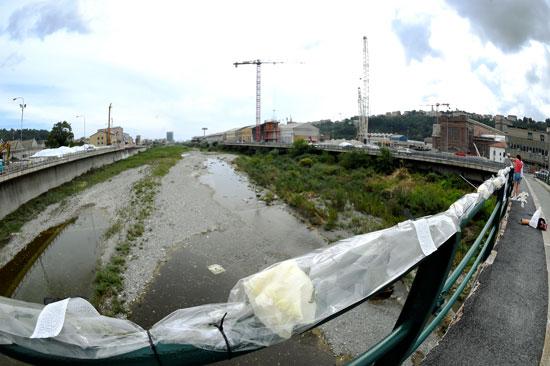 وقفة بالورود على جسر جنوة (2)