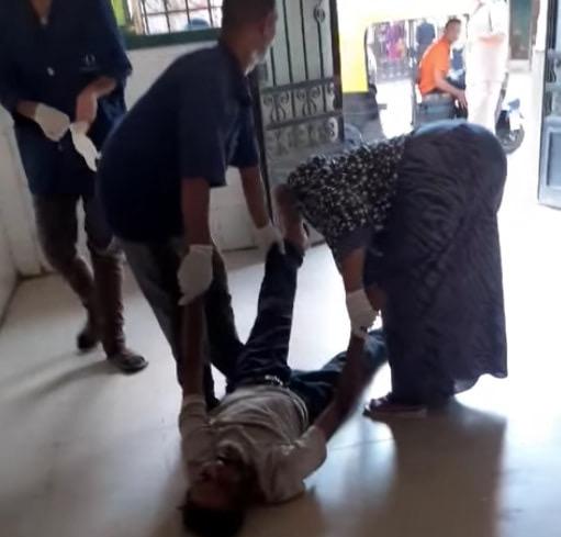 عمال بمستشفى كفر الزيات يلقون مريض بالإيدز خارج المستشفى (6)