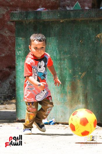 طفل يحتفل بالعيد