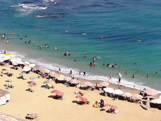إقبال كبير على شواطئ الإسكندرية فى رابع أيام عيد الأضحى (12)