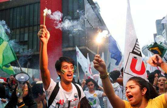 تظاهرات فى البرازيل ضد قرار خفض الميزانية المخصصة للجامعات (1)