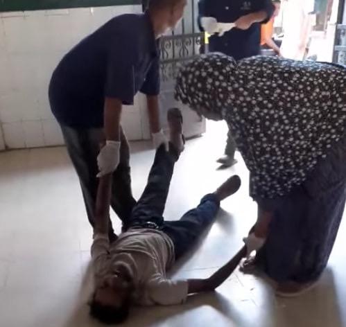 عمال بمستشفى كفر الزيات يلقون مريض بالإيدز خارج المستشفى (7)
