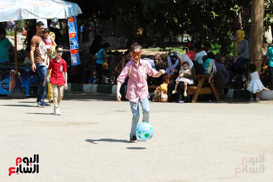 لعب كرة القدم  في  حديقة الحيوانات