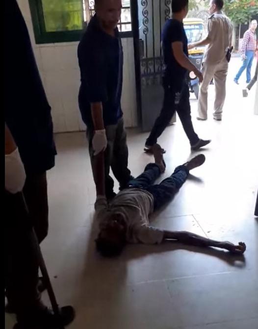 عمال بمستشفى كفر الزيات يلقون مريض بالإيدز خارج المستشفى  (8)