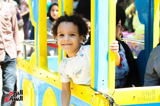 طفل  اثناء التنزه بحديقة الحيوان