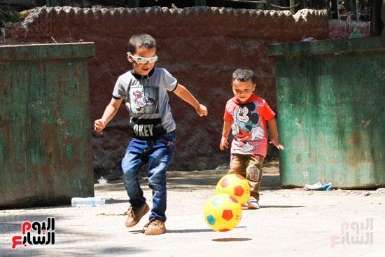 الاطفال تلعب  كرة القدم