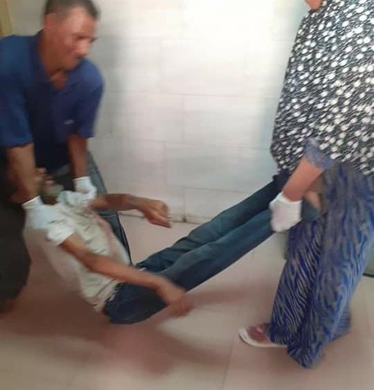 عمال بمستشفى كفر الزيات يلقون مريض بالإيدز خارج المستشفى  (2)