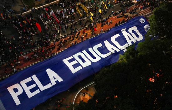 تظاهرات فى البرازيل ضد قرار خفض الميزانية المخصصة للجامعات (6)