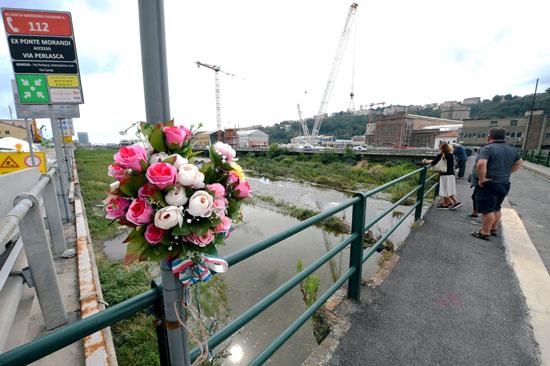 وقفة بالورود على جسر جنوة (4)