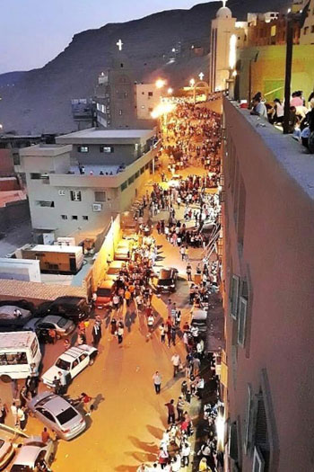الآلاف يصعدون جبل درنكة لنيل بركة أم النور فى الأسبوع الثانى من صوم العذراء (2)