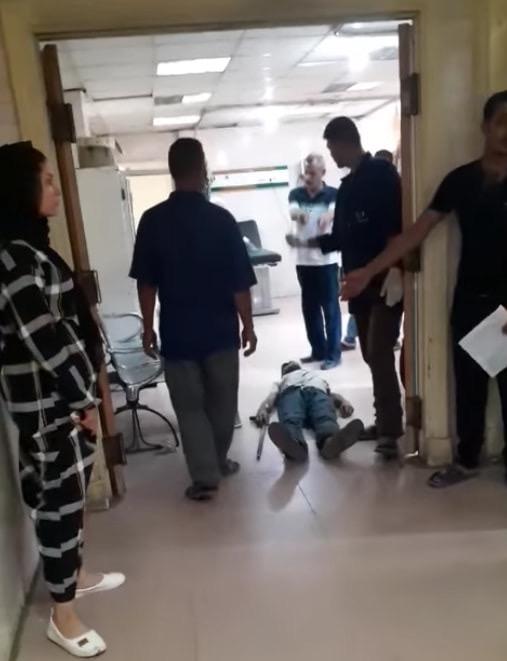 عمال بمستشفى كفر الزيات يلقون مريض بالإيدز خارج المستشفى  (12)