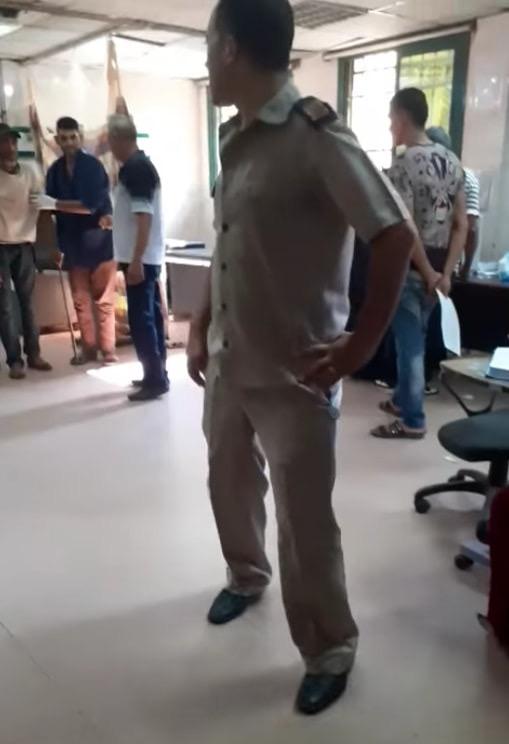 عمال بمستشفى كفر الزيات يلقون مريض بالإيدز خارج المستشفى  (11)