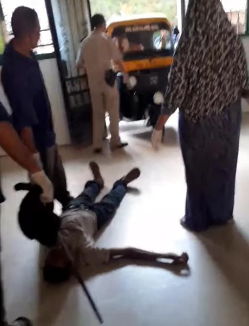 عمال بمستشفى كفر الزيات يلقون مريض بالإيدز خارج المستشفى  (1)