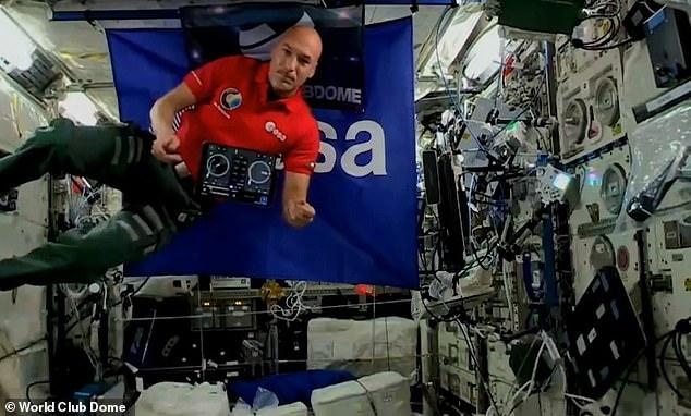 رائد الفضاء أثناء قيامه بدور الـDJ