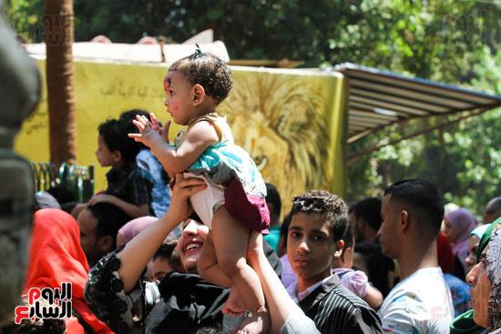 الاهالي يلعبون مع ابنائهم في العيد