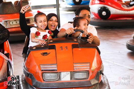 عائلة مصرية اثناء الاحتفال بالعيد