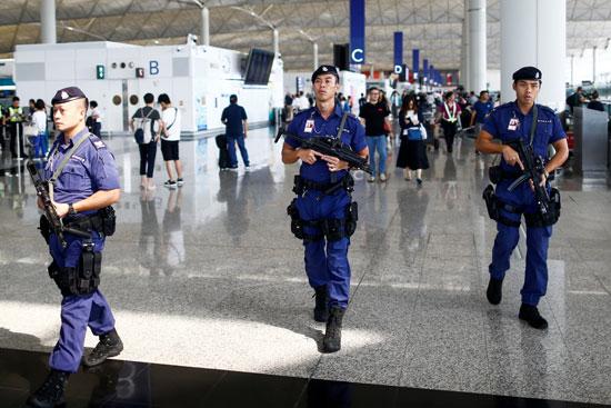 قوات الشرطة فى المطار