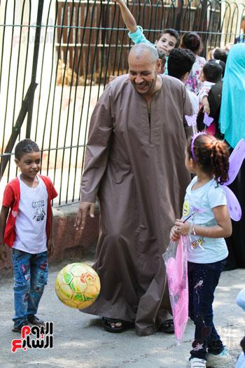 اب يلعب مع ابناءه في حديقة الحيوان