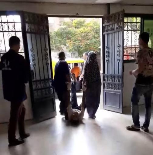 عمال بمستشفى كفر الزيات يلقون مريض بالإيدز خارج المستشفى  (3)