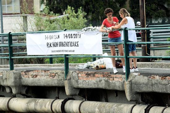 وقفة بالورود على جسر جنوة (5)