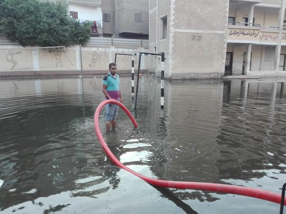 شفط المياه من فناء مدرسة سبرباى الإعدادى (3)