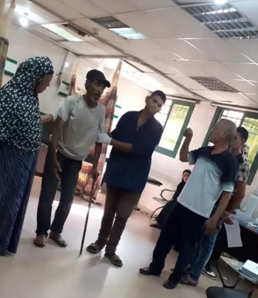 عمال بمستشفى كفر الزيات يلقون مريض بالإيدز خارج المستشفى (10)