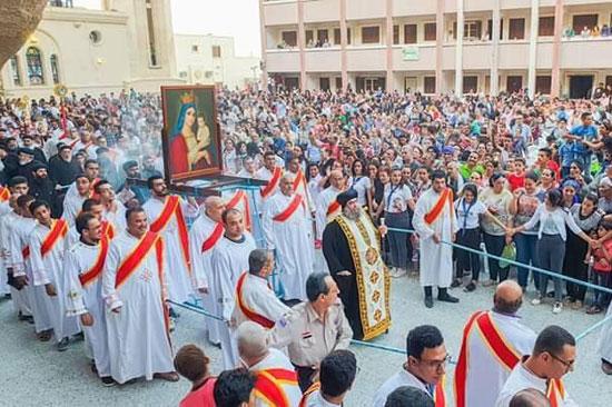 الآلاف يصعدون جبل درنكة لنيل بركة أم النور فى الأسبوع الثانى من صوم العذراء (7)